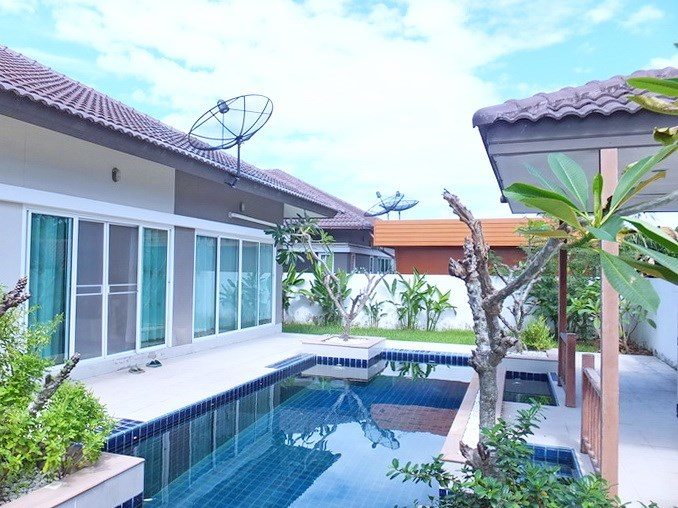 House for sale Huay Yai Pattaya showing the pool, covered terrace and garden