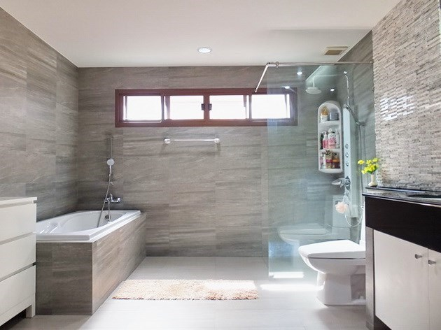 House For Sale Huay Yai Pattaya showing the master bathroom with bathtub