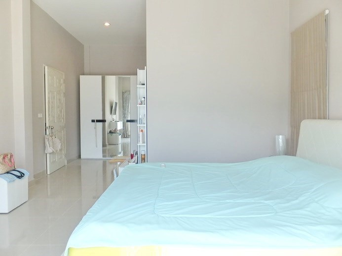 House for sale Huay Yai Pattaya showing the master bedroom suite