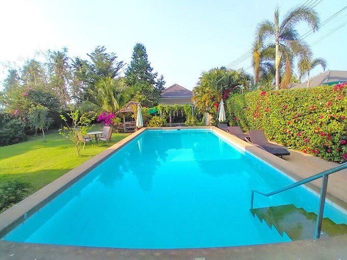 House for sale Huay Yai Pattaya showing the private pool