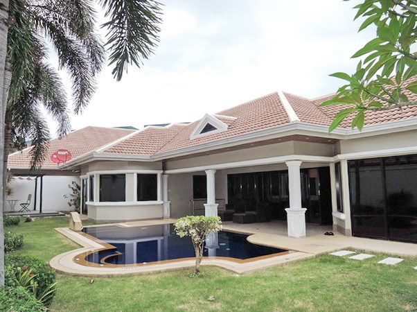 House For Sale Jomtien Park Villas Pattaya showing the house and private swimming pool