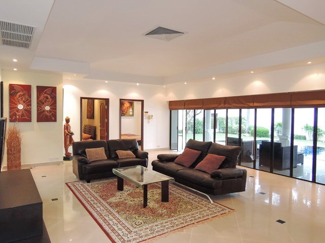 House For Sale Jomtien Park Villas Pattaya showing the living room