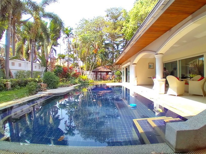 House for sale Jomtien Park Villas showing the covered terrace and pool