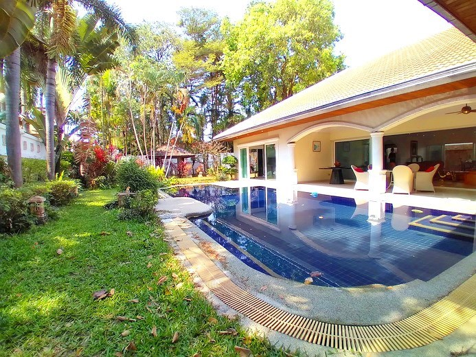 House for sale Jomtien Park Villas showing the garden and pool
