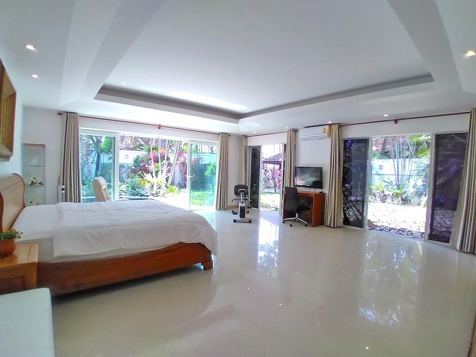 House for sale Jomtien Park Villas showing the master bedroom pool and garden view