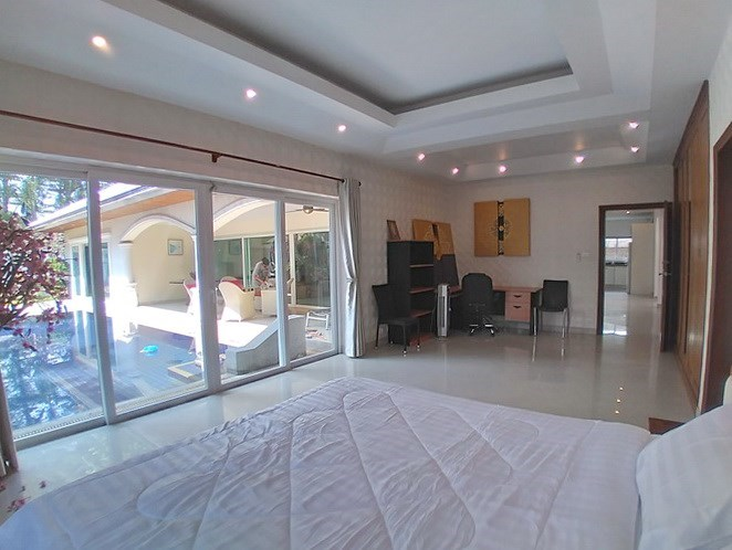 House for sale Jomtien Park Villas showing the second bedroom with office area