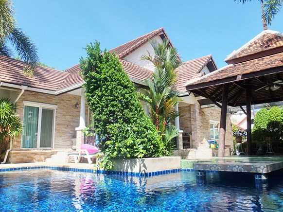 House for sale Jomtien Pattaya showing the house and pool
