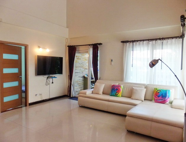 House for sale Jomtien Pattaya showing the living room