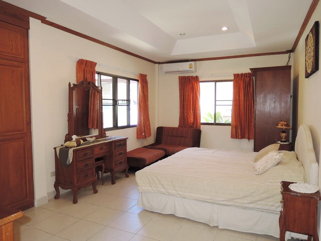 House for sale Jomtien Pattaya showing the master bedroom