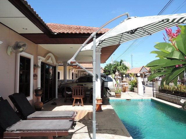 House for sale Jomtien Pattaya showing the terrace and pool