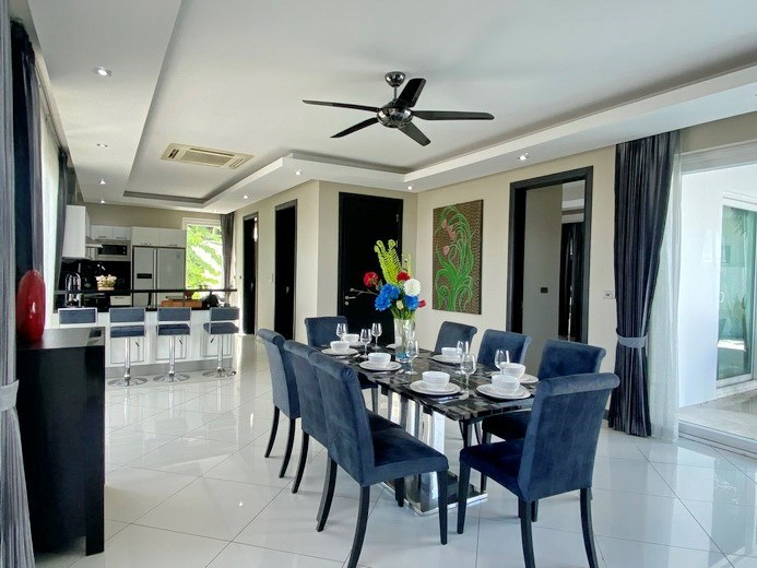 House for sale Jomtien showing the dining and kitchen areas