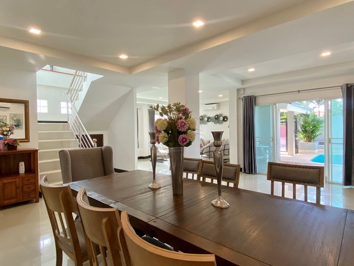 House for sale Jomtien showing the dining and living areas