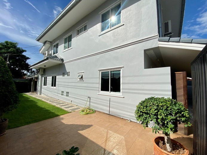 House for sale Jomtien showing the garden and house