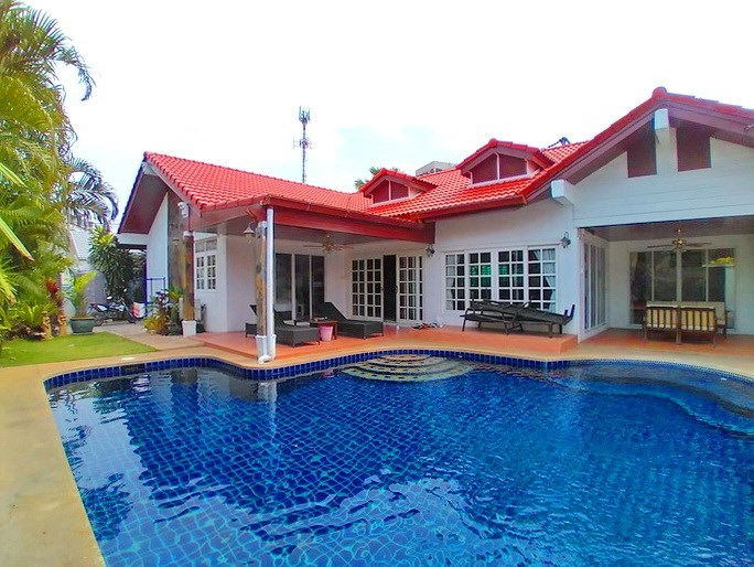 House for sale Jomtien showing the house, pool and garden