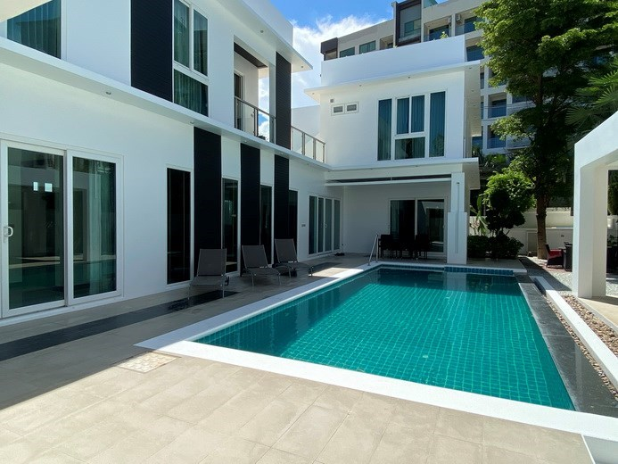 House for sale Jomtien showing the house, covered terrace and pool
