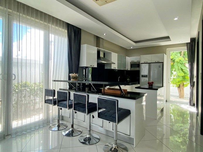 House for sale Jomtien showing the kitchen and breakfast bar