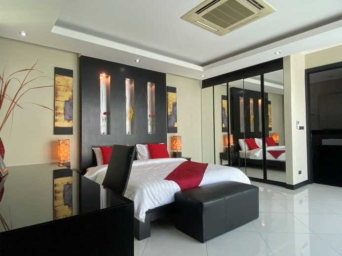 House for sale Jomtien showing the master bedroom suite