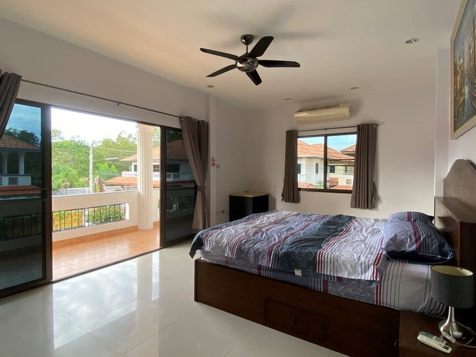 House for sale Jomtien showing the master bedroom with balcony