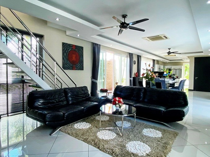 House for sale Jomtien showing the open plan living area