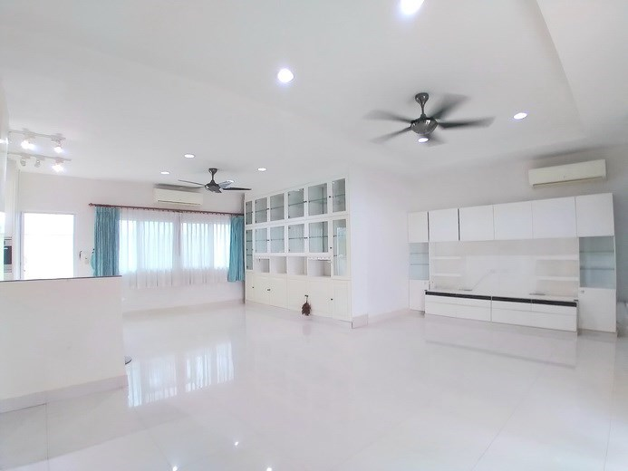 House for sale Mabprachan Pattaya showing the living and dining areas concept