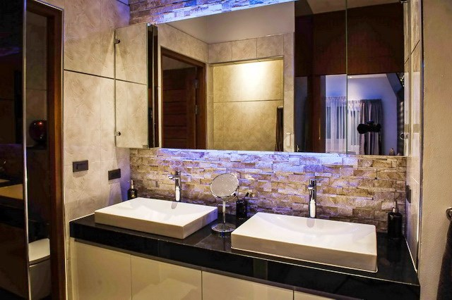 House for sale Mabprachan Pattaya showing the master bathroom