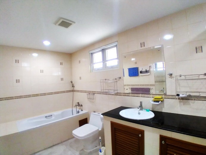 House for sale Mabprachan Pattaya showing the master bathroom with bathtub