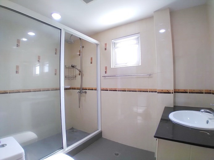 House for sale Mabprachan Pattaya showing the third bathroom
