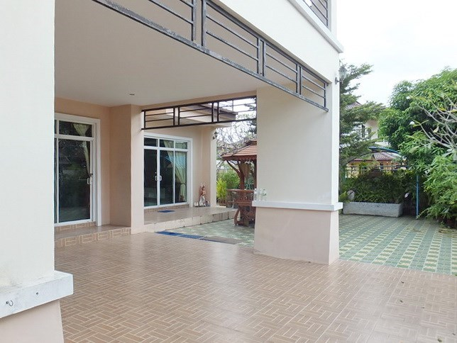 House for sale Na Jomtien Pattaya showing the carport and garden