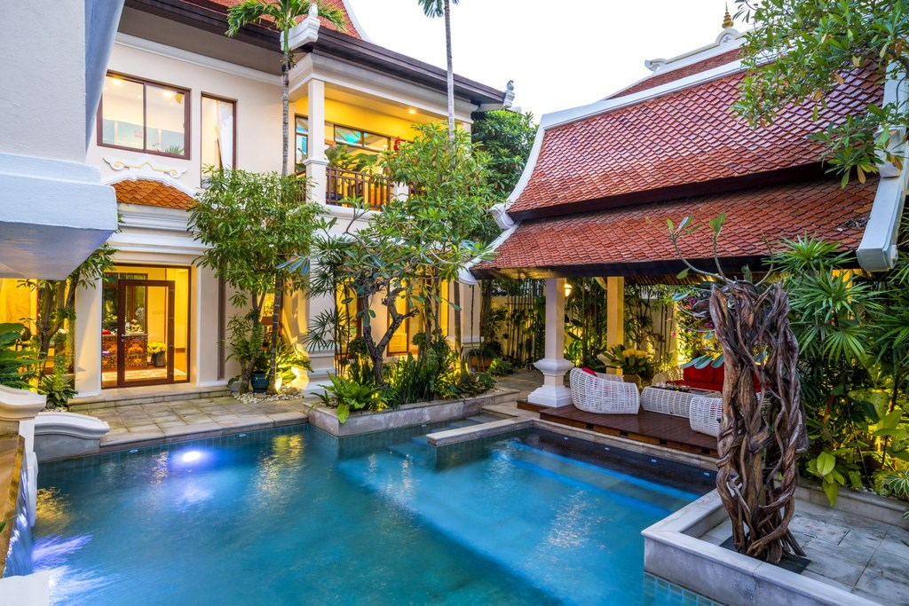 House for sale Na Jomtien Pattaya showing the house and pool