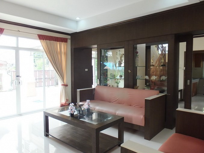 House for sale Na Jomtien Pattaya showing the living area