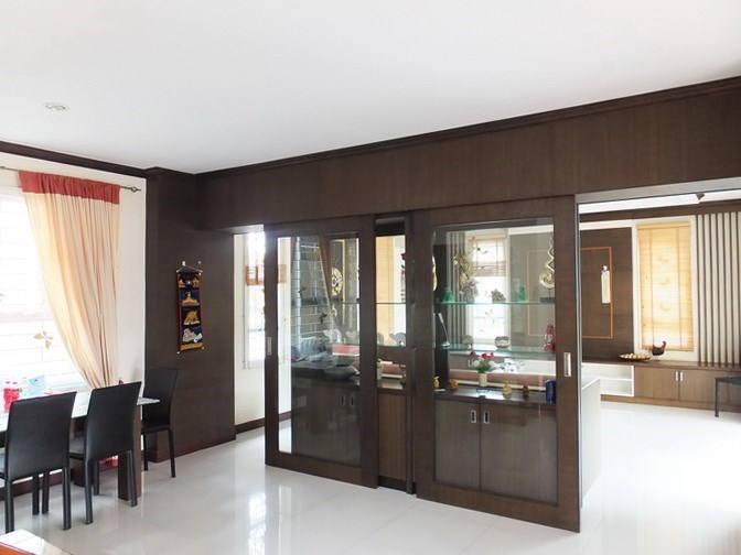 House for sale Na Jomtien Pattaya showing the living room and dining area