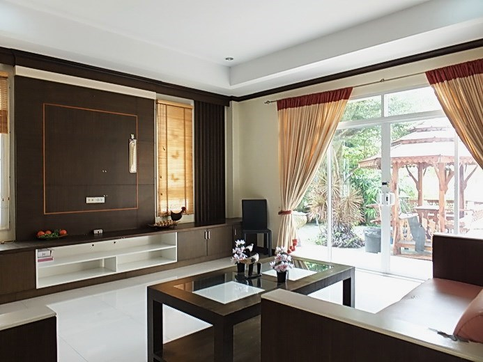 House for sale Na Jomtien Pattaya showing the living room and terrace