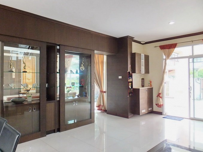 House for sale Na Jomtien Pattaya showing the dining area and entrance