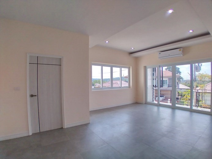 House for sale Pattaya Mabprachan showing the master bedroom and balcony