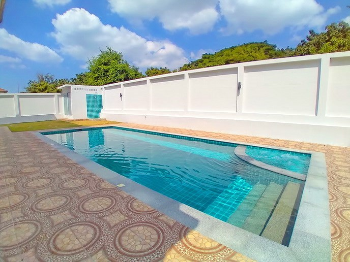 House for sale Pattaya Mabprachan showing the pool and  poolside shower