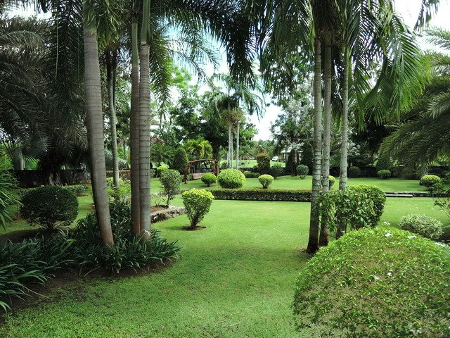 House for sale Pattaya Phoenix Golf Course showing the extensive gardens