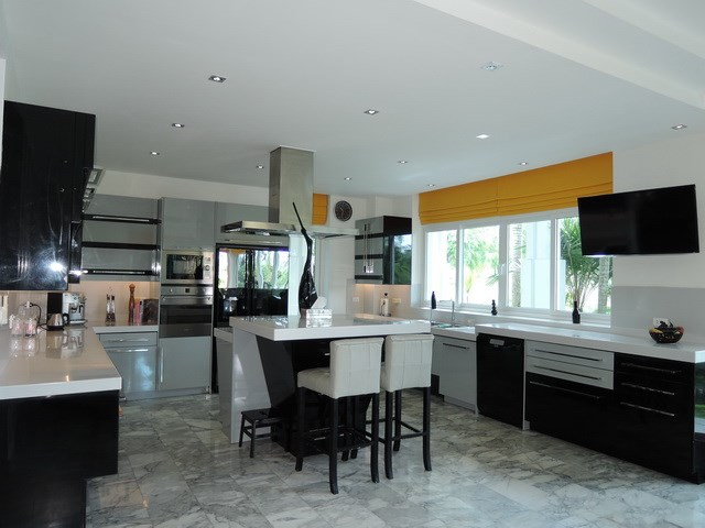 House for sale Pattaya Phoenix Golf Course showing the kitchen