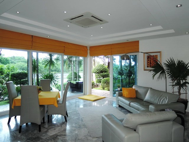 House for sale Pattaya Phoenix Golf Course showing the living and dining areas