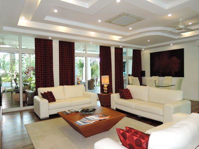 House for sale Pattaya Phoenix Golf Course showing the main living and dining areas