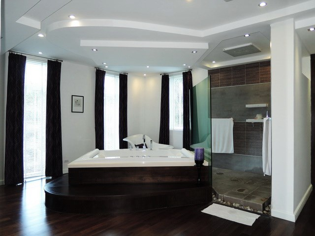 House for sale Pattaya Phoenix Golf Course showing the master bathroom and jacuzzi