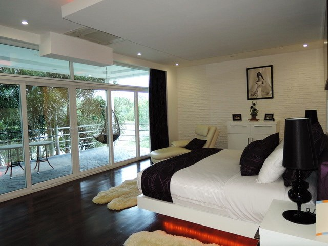 House for sale Pattaya Phoenix Golf Course showing the master bedroom and balcony