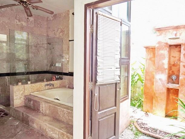 House for sale Pattaya showing the additional outside resort style shower