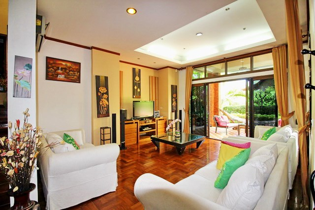 House for Sale East Jomtien showing the living room