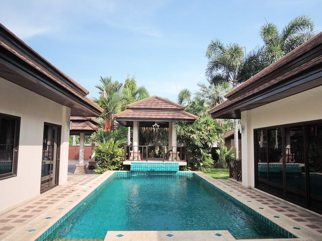 House for sale Pattaya showing the private swimming pool