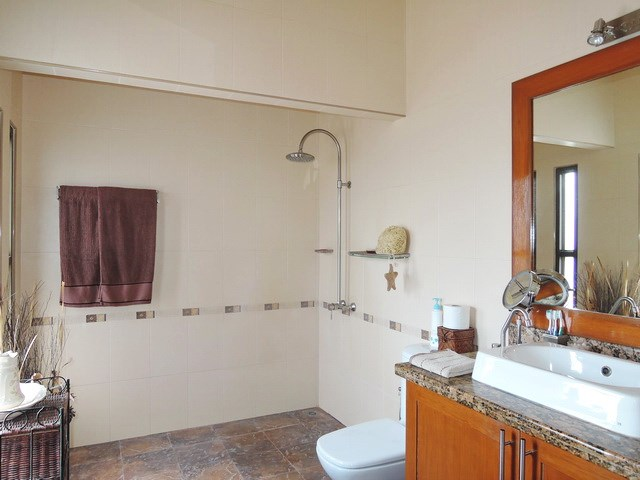 House for sale Pattaya showing the master ensuite bathroom