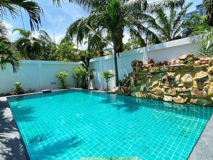 House for sale Pratumnak Pattaya showing the pool and water fall