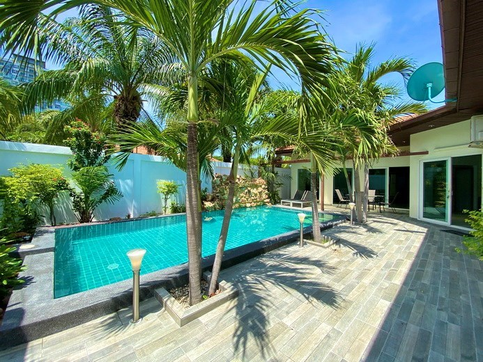 House for sale Pratumnak Pattaya showing the terrace and pool