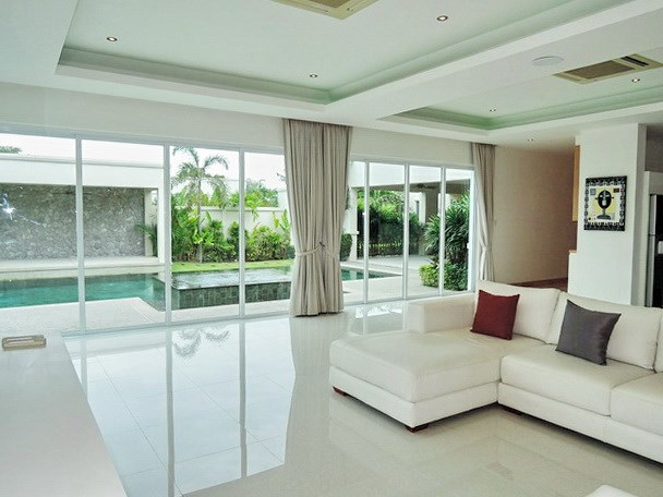 House for sale The Vineyard Pattaya showing the living room pool side