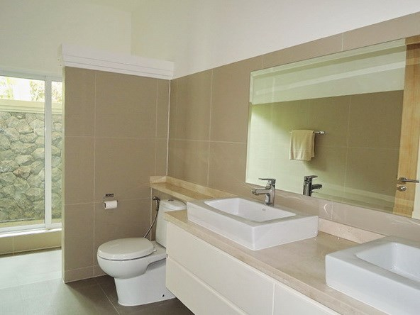 House for sale The Vineyard Pattaya showing the master bathroom