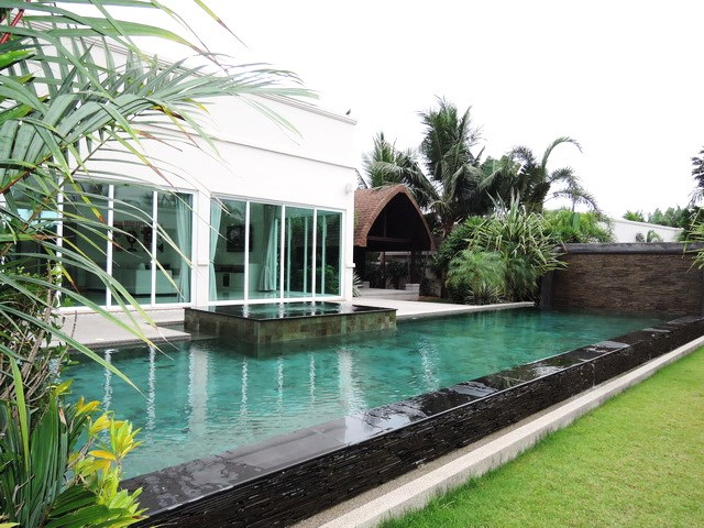 House for sale The Vineyard Pattaya showing the pool and house